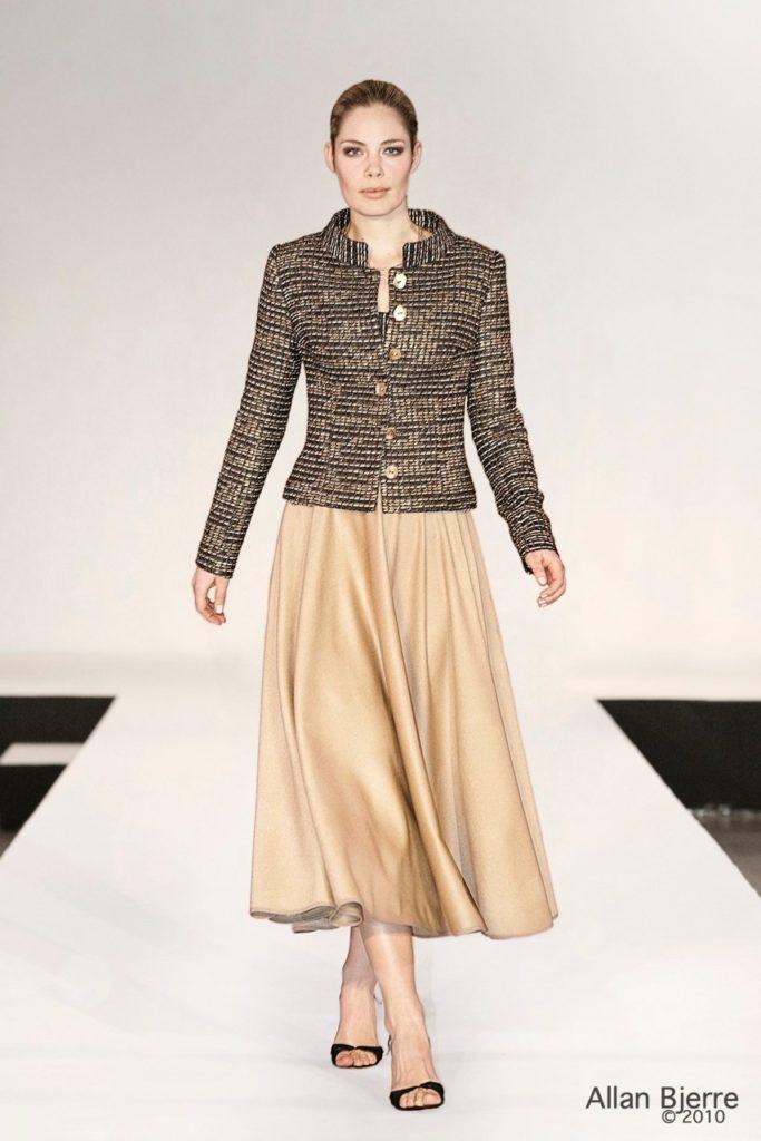 Jakke med stårkrave og nederdel i cashmereuld