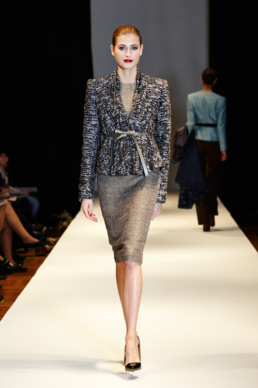 Kjole i guld/grå/brun uld samt bouclejakke med skindbælte detalje